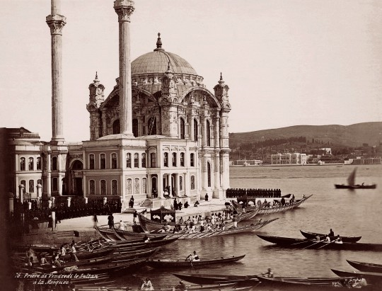 Modlitwa piątkowa (tur. selamlık) z udziałem sułtana Abdülaziza (1861–1876) w meczecie Ortaköy. Fotografia, 1865–1870, atelier Pascal Sébah, kolekcja fotografii Suna ve İnan Kıraç Vakfı (źródło: materiały prasowe organizatora)
