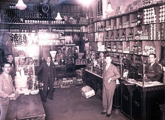 Sklep delikatesowy oferujący między innymi kiełbasy i alkohole. Fotografia, początek lat 30. XX w., autor nieznany, Kolekcja fotografii Suna ve İnan Kıraç Vakfı (źródło: materiały prasowe organizatora)