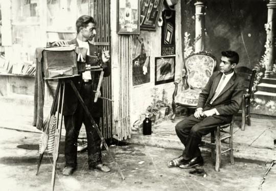 Uliczne atelier fotograficzne. Fotografia, wczesne lata 30. XX w., Selahattin Giz, kolekcja fotografii Suna ve İnan Kıraç Vakfı (źródło: materiały prasowe organizatora)