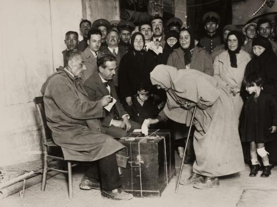 Kobieta głosuje w zaimprowizowanej komisji wyborczej w wyborach lokalnych. Kobiety otrzymały prawo głosowania w wyborach lokalnych w 1930 roku, a czynne i bierne prawo wyborcze do parlamentu w grudniu 1934 roku. Fotografia, 1931, Selahattin Giz (źródło: materiały prasowe organizatora)