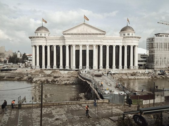 """Teren budowy Muzeum Archeologicznego Macedonii, w którym znajduje się kopia tzw. """"sarkofagu Aleksandra"""". Nabycie tego pomnika-grobowca wywołało żywą debatę wśród opinii publicznej, jako że nie da się go jednoznacznie powiązać z Aleksandrem Wielkim, a na temat jego pochodzenia istnieje bardzo wiele teorii. Po tym jak szczątki władcy zniknęły z Egiptu w 323 roku p.n.e., jego ostateczne miejsce spoczynku nie zostało nigdy odkryte. A jednak, mimo niepewnego pochodzenia, dokładna kopia tego dzieła została umieszczona w specjalnej komorze, zwieńczając kolekcję zgromadzoną ku pamięci tego rzekomego przodka współczesnych Macedończyków. Skopje, 2013 (źródło: dzięki uprzejmości artysty)"""