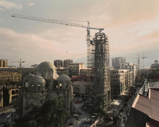 W trakcie swojej burzliwej historii Skopje było niszczone i odbudowywane czterokrotnie. 26 lipca 1963 roku miasto zostało nawiedzone przez trzęsienie ziemi, które zrujnowało je w 80 procentach, grzebiąc ponad tysiąc ofiar i pozostawiając ponad 200 tysięcy mieszkańców bez dachu nad głową. Społeczność międzynarodowa od razu zaproponowała pomoc, ale żadnego centralnego planu odbudowy Skopje nigdy nie udało się ukończyć. Pięćdziesiąt lat później rząd konserwatystów zainicjował nowy ogólnonarodowy plan odbudowy, którego celem jest przywrócenie więzi z domniemanymi antycznymi korzeniami regionu. Na zdjęciu kościół św. Konstantyna i Eleny. Skopje, 2015 (źródło: dzięki uprzejmości artysty)