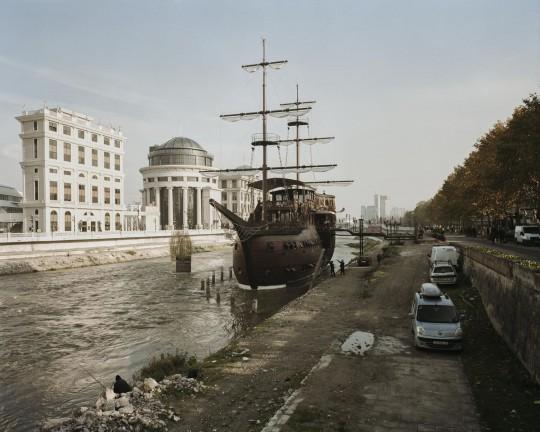 Jeden z trzech betonowych żaglowców wmurowanych w koryto rzeki Wardar do celów hotelarsko-restauracyjnych. Skopje, 2015 (źródło: dzięki uprzejmości artysty)