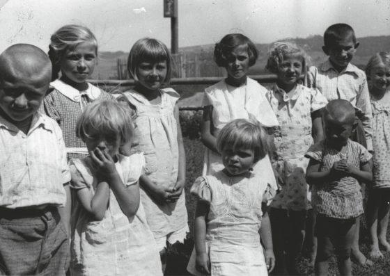 Grupa dzieci, Haczów, pow. Krosno, GG, fot. Hans Graul (1240), 1940–1944 r., Sektion Landeskunde IDO (źródło: materiały prasowe organizatora, dzięki uprzejmości Instytutu Etnologii i Antropologii Kulturowej Uniwersytetu Jagiellońskiego)