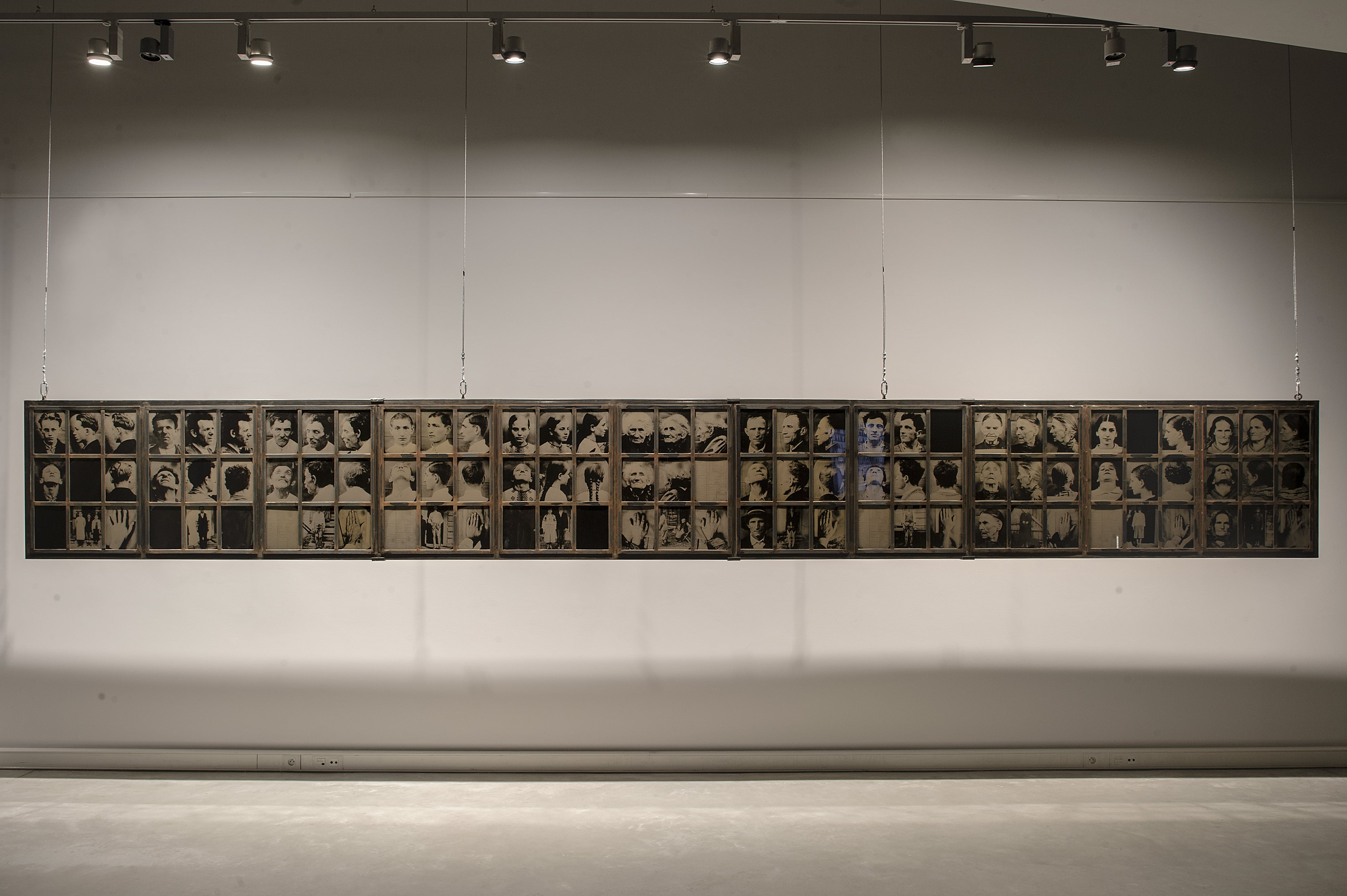"""Dorota Nieznalska, """"Przemoc i pamięć. Badania SRV Sektion Rassen- und Volkstumsforschung (pamięci mojej Rodziny oraz tych, którzy w 1947 r. doświadczyli przymusowych wysiedleń podczas """"Akcji Wisła"""")"""", fot. Bogna Kociumbas/Muzeum Miasta (źródło: materiały prasowe organizatora)"""