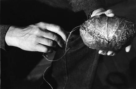 Magdalena Abakanowicz pracująca nad Embriologią, 1980 (fot. Artur Starewicz)