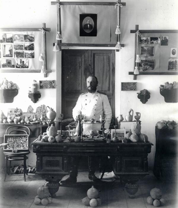 Leon Barszczewski w gabinecie muzeum