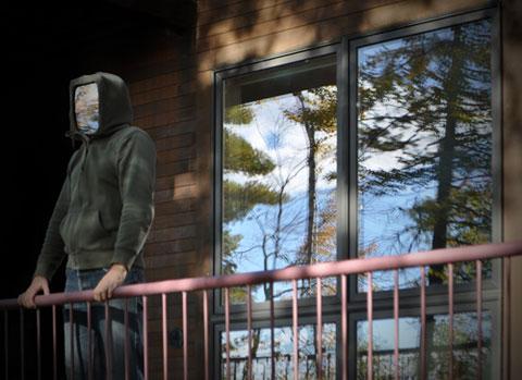 """Piotr Parda, """"Człowiek patrzący przez okno"""", fotografia, 2010"""