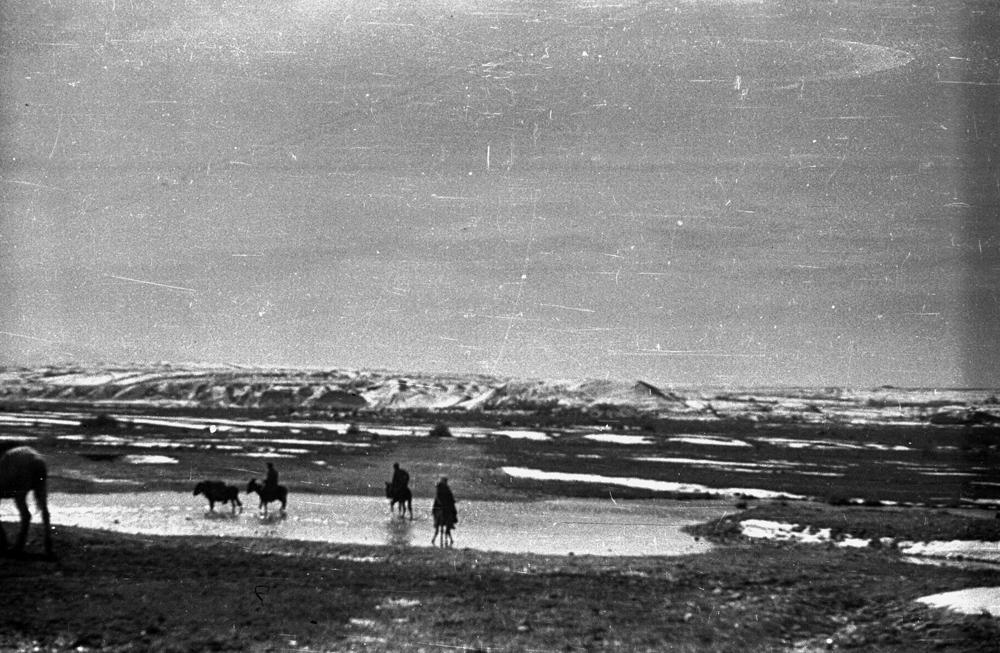 Mankent, Kazachstan. Przejście przez rzekę. Fot. Zygmunt Klemensiewicz / Ośrodek KARTA