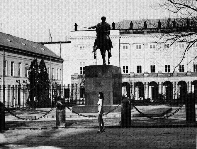 Ewa Partum, z cyklu Samoidentyfikacja, 1980, wł. Dolnośląskie Towarzystwo Zachęty Sztuk Pięknych