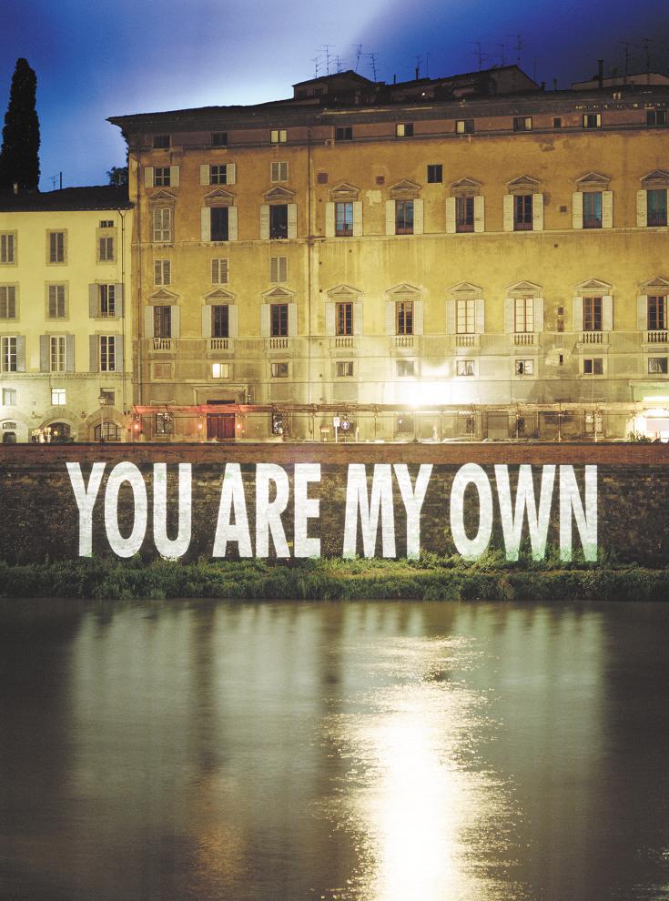 Jenny Holzer Xenon for Florence 1996, projekcja świetlna, Arno River, Palazzo Bargagli, Via de Bardi, Florence; Tekst projekcji: Arno, 1996;© 1996 Jenny Holzer, członek Artists Rights Society (ARS), NY; fot. Attilio Maranzano