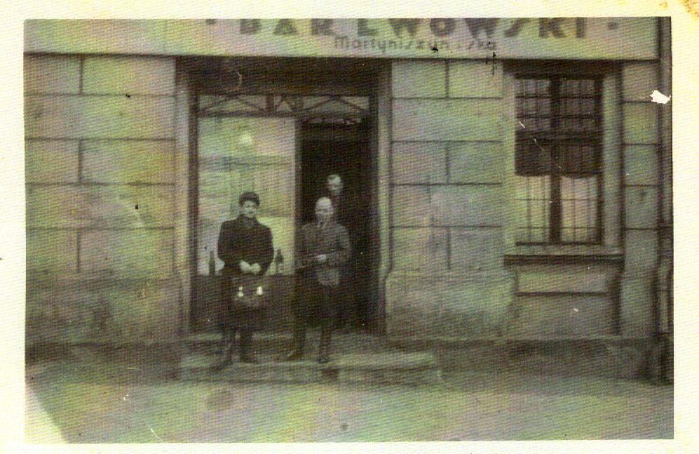 Bar Lwowski Gliwice, ul. Toszecka. Mężczyzna po prawej stronie zdjęcia - Leopold Socha. Fot. e ze zbiorów prywatnych.