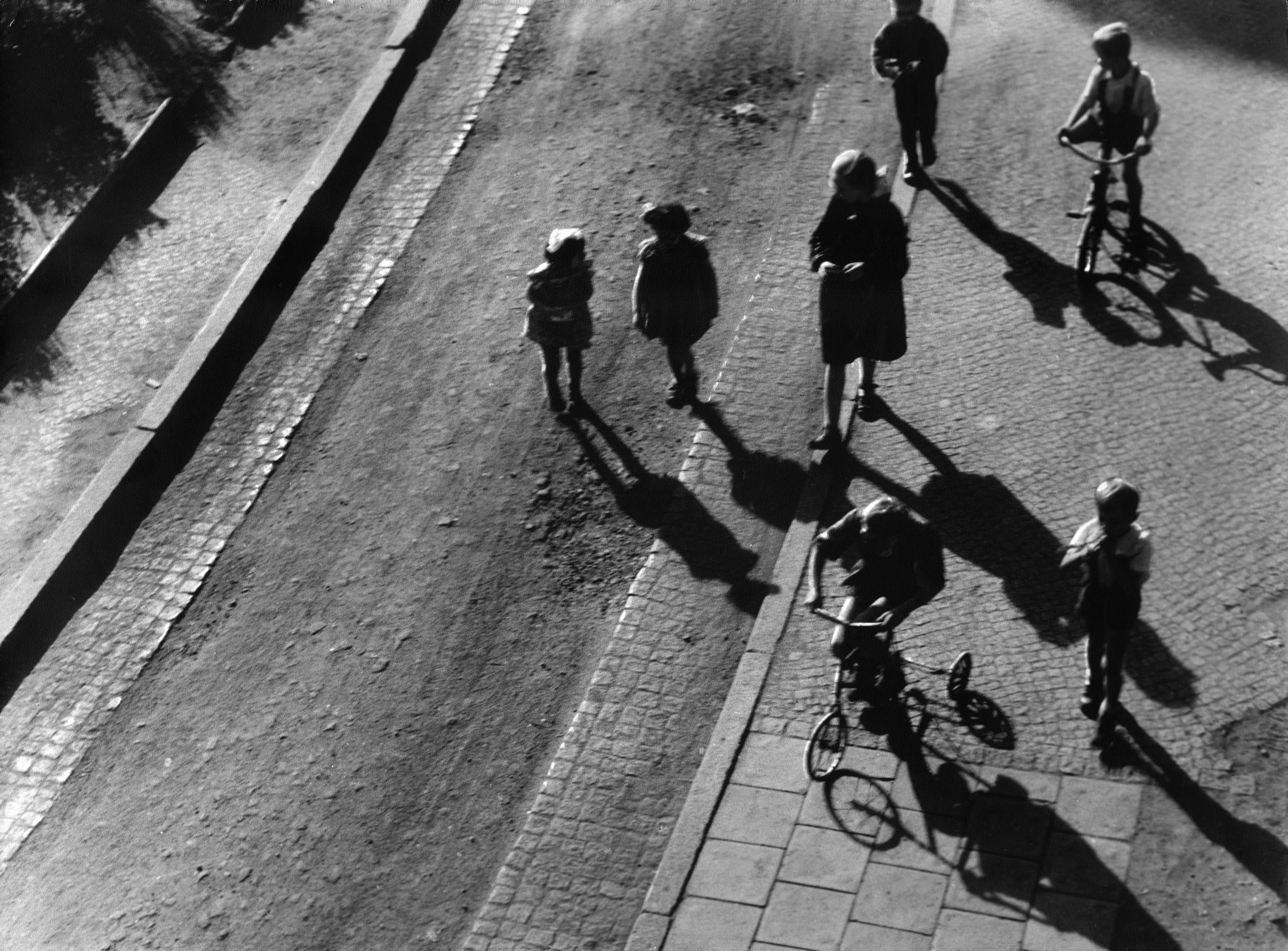 """Z cyklu """"Mały człowiek"""", przed 1961 r., 29x39 cm, fot. Art NEW media"""