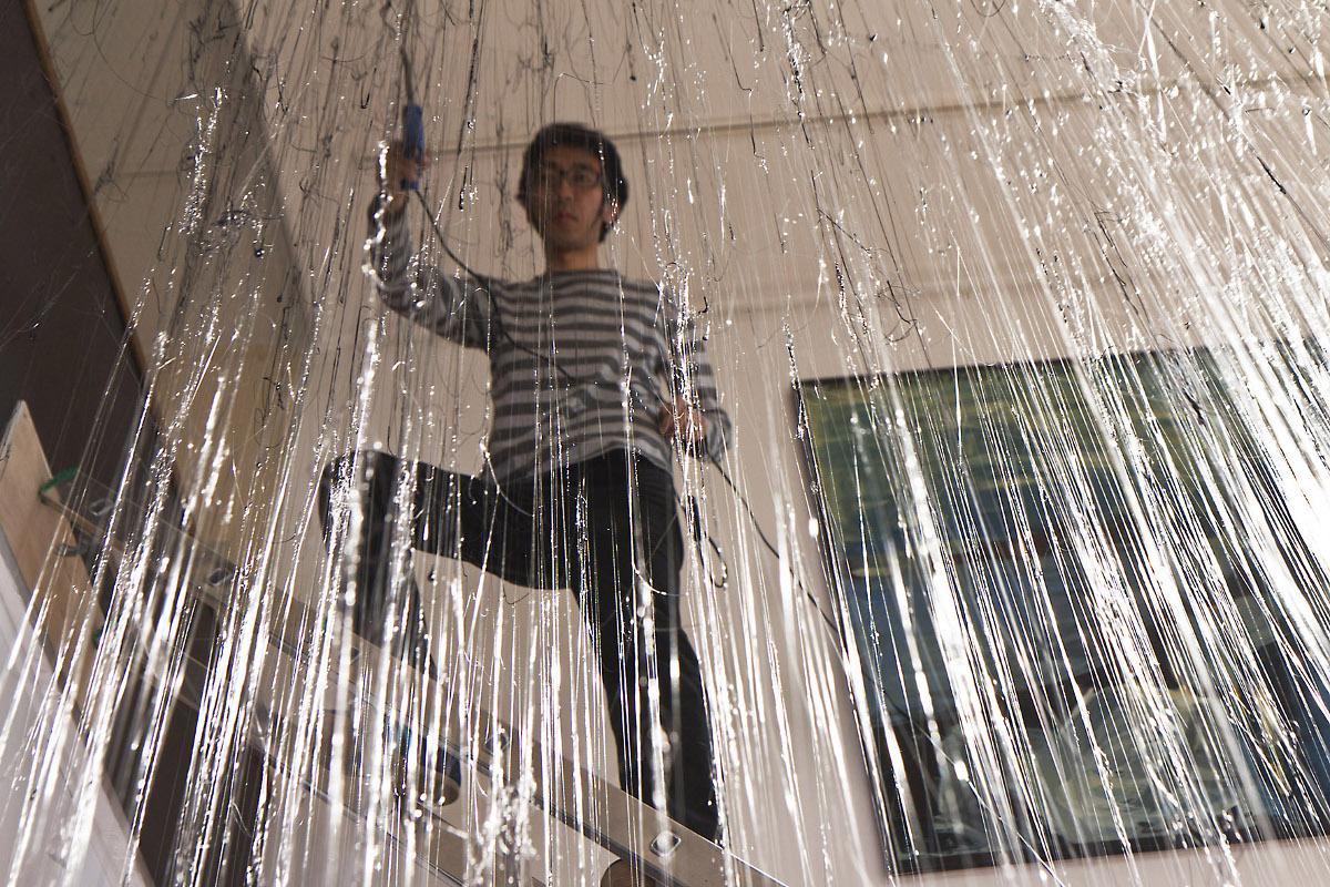 Yasuaki Onishi tworzy instalację w Galerii Bielskiej BWA, fot. K. Morcinek