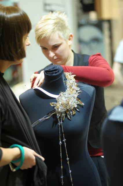 Anna Orska podczas warsztatu projektowania biżuterii - AFF 2010 fot. Paweł Miecznik