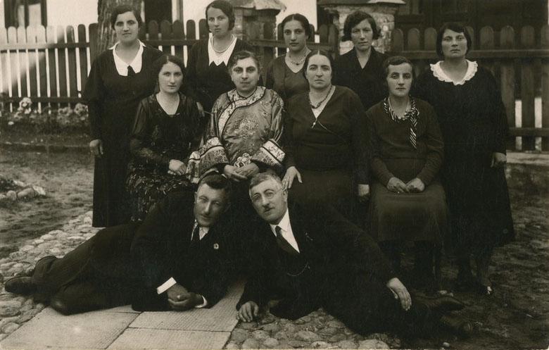 Kolo pań karaimskich z Halicza w Wilnie ok. 1933 (zdjęcie pochodzi z archiwum Karaimów Polskich)
