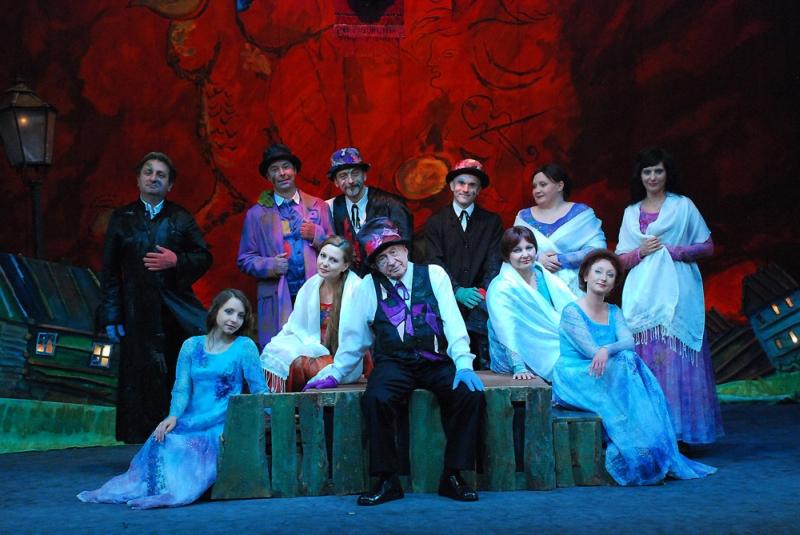 """Fot.: Marek Górecki, Fotografia zbiorowa ze spektaklu """"Bonjour Monsieur Chagall"""" (źródło: materiały prasowe organizatora)"""