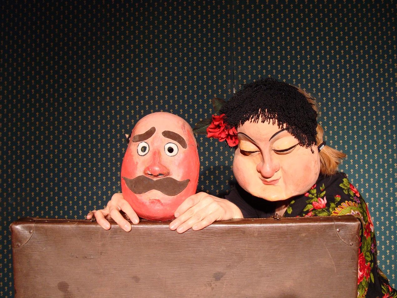 """Fot.: Sylwester Biraga, zdjęcie ze spektaklu """"Beata, co Leśmianem gada"""" (źródło: materiały prasowe organizatora)."""
