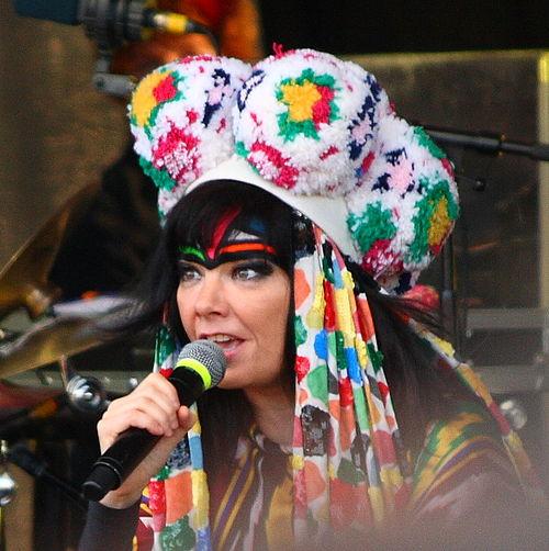 Fot. Bruce McAdam, Reykjavik (Náttúra concert Reykjavik 2008), Wikimedia Commons