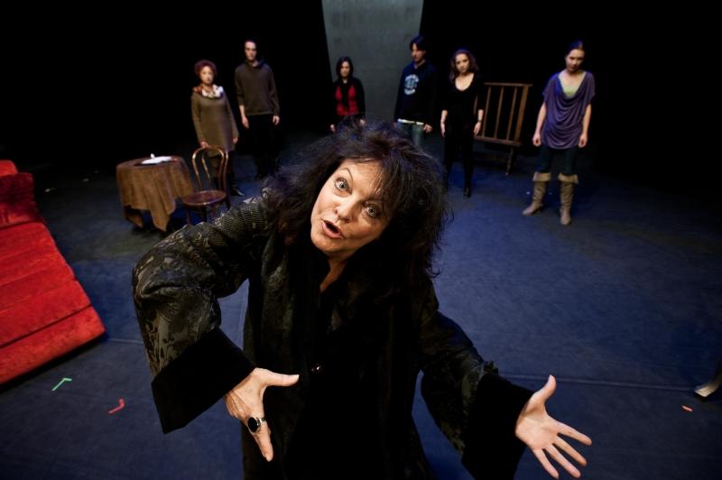 """Izabella Olejnik, """"Żona króla Leara. Czarna komedia"""", reż. Jerzy Gruza, fot. P. Gandzyk (źródło: materiały prasowe organizatora)"""