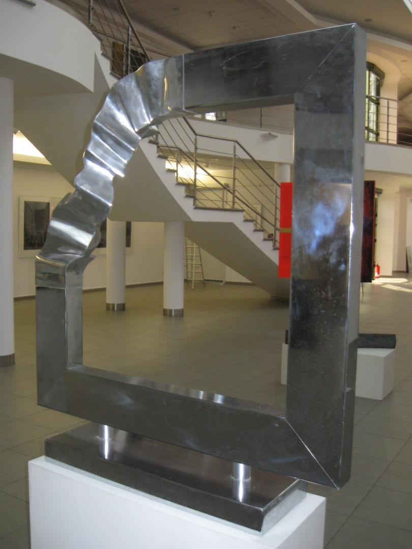 """Kazimierz Karpiński, Kompozycja przestrzenna """"Rama 2"""", 2005, stal nierdzewna, 100 x 100 cm, fot. Małgorzata Dzięgielewska (źródło: materiały prasowe organizatora)"""