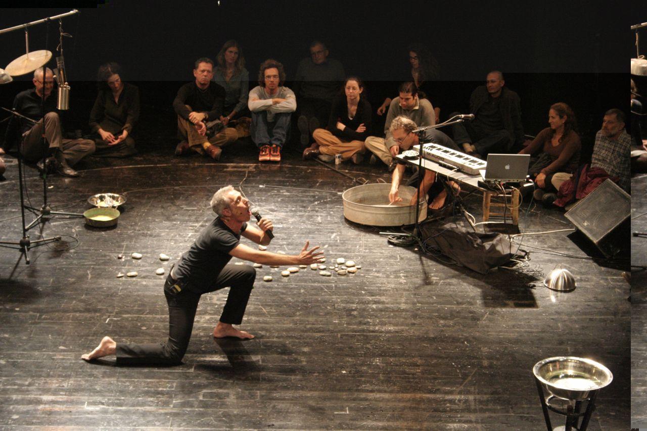 Performance Josefa Sprinzaka w Galerii BWA w Bielsku (źrodło: materiały prasowe)