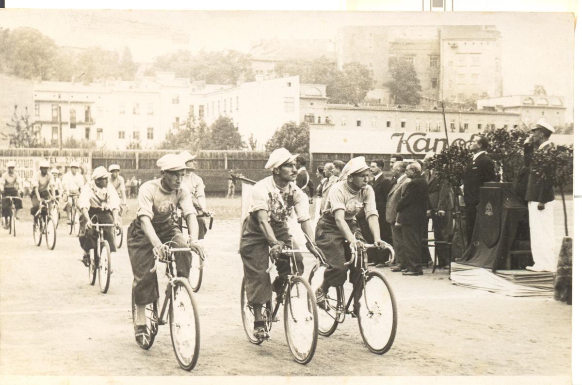 Defilada kolarzy na boisku Makkabi Kraków z okazji 30-lecia istnienia klubu, dnia 25 VI 1939 r. Własność: dr Shlomo Leser, Hajfa.