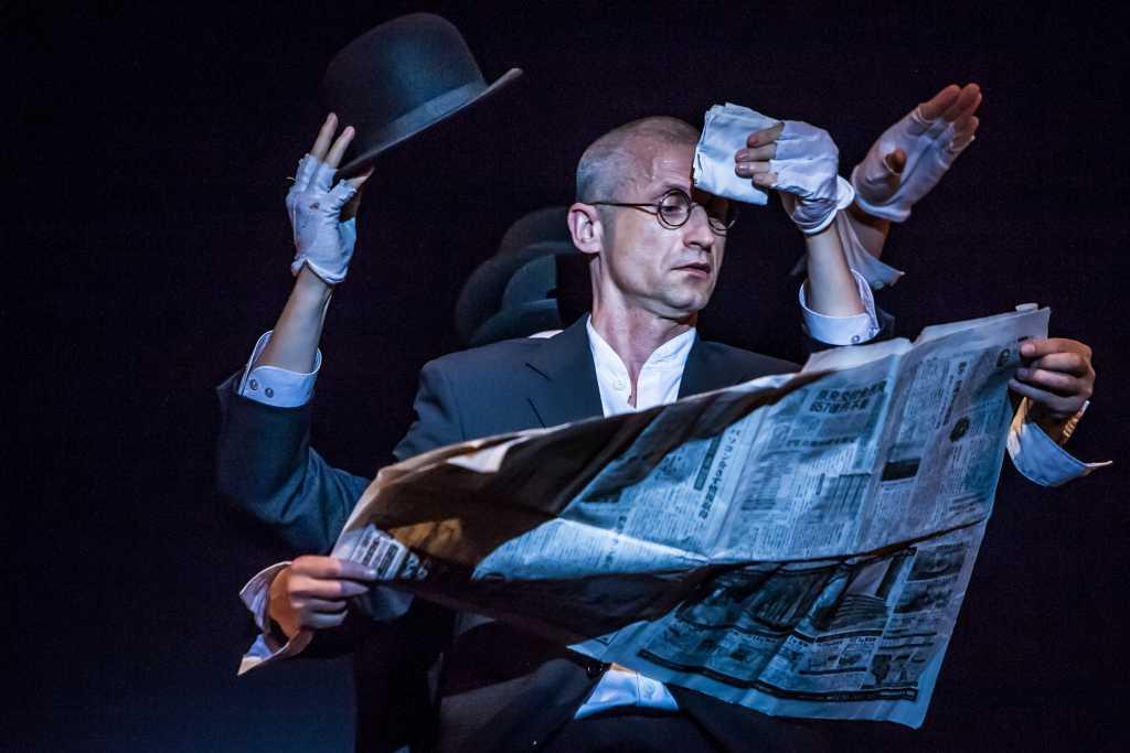 """""""Poławiacze papieru"""" w wykonaniu Teatru Pantomimy (fot. Bartłomiej Sowa / źródło: materiały prasowe organizatora)"""