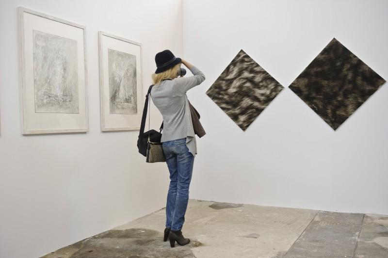 """Wystawa """"Ars loci – obraz aktualny """", na lewo: Piotr Kmieć, z cyklu """"Partita polna""""; na prawo: Dariusz Korol, """"Bez tytułu"""", fot. W. Pacewicz (źródło: materiały prasowe)"""