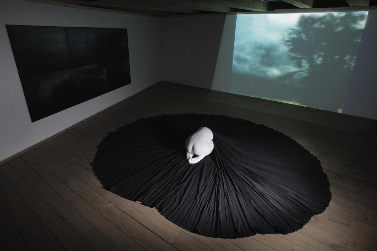 Agata Michowska, joshuas Dream, gips, plisowana tkanina, 6 fotografii DVD (źródło: materiał prasowy organizatora)
