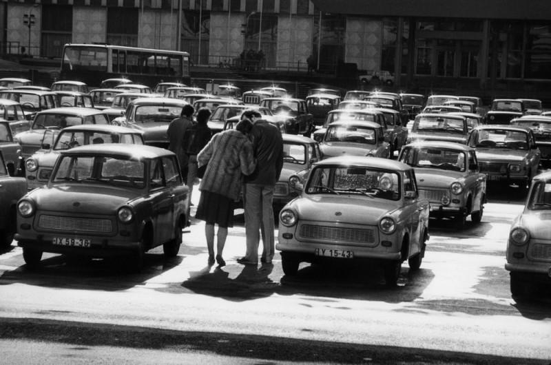 """Harald Hauswald, """"Berlin, Marx-Engels-Platz (obecnie plac Zamkowy) przed Ministerstwem Spraw Zagranicznych NRD"""", 1984 cykl """"Codzienność """" (źródło: materiały prasowe MCK)"""