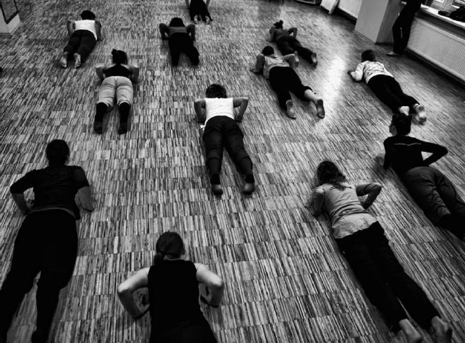 """Taniec współczesny, warsztat z Katarzyną Chmielewską, """"Cyrkulacje"""" 2011, fot. Jerzy Chaba (źródło: materiały prasowe)"""