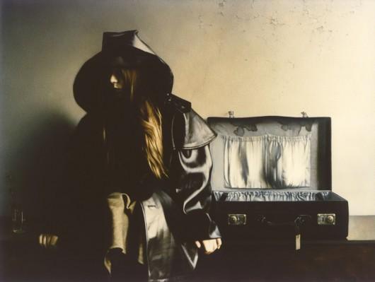 """Maciej Bernhardt, """"Dziewczyna z walizką"""", 1980 (źródło: materiały prasowe organizatora)"""