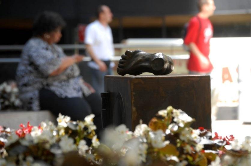 """Anita Glesta, """"Guernika"""", rzeźbiarska instalacja dźwiękowa na Chase Manhattan Plaza, Nowy Jork 2007 (źródło: materiały prasowe organizatora)"""