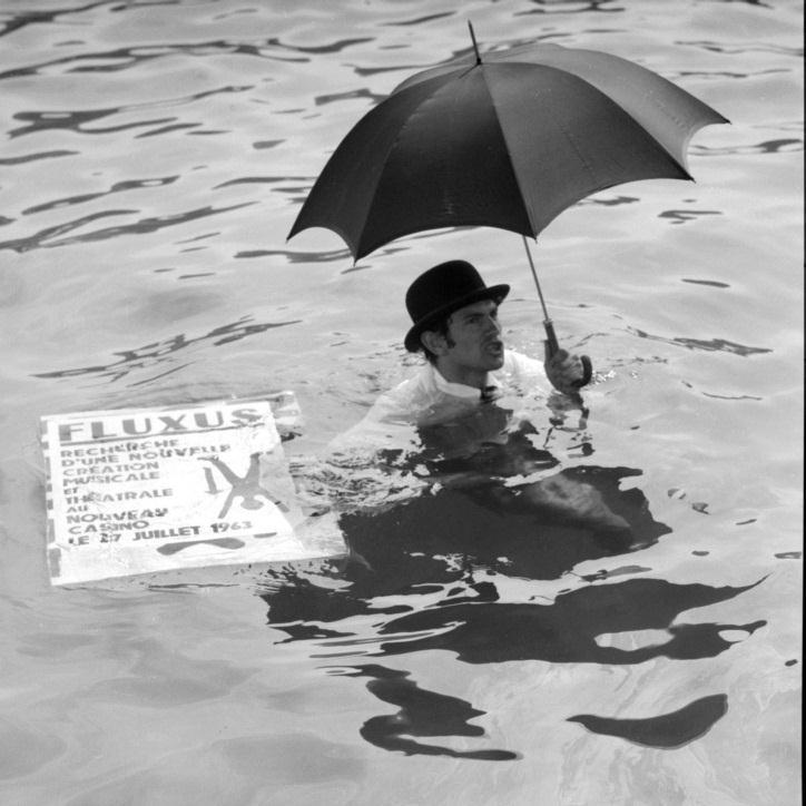 Ben Vautier pływa w porcie w Nicei, 26 lipca 1963, Nicea, podczas Fluxus Festival dArt Total (et du Comportement), fot. Philippe Franois (źródło: materiały prasowe organizatora)