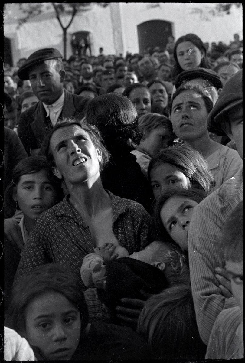 """Chim, """"Kobieta z dzieckiem przy piersi na wiecu w sprawie reform rolnej, Badajoz, Extremadura, Hiszpania, kwiecień-maj 1936"""", © Chim (David Seymour)/ Magnum Photos, dzięki uprzejmości International Center of Photography"""