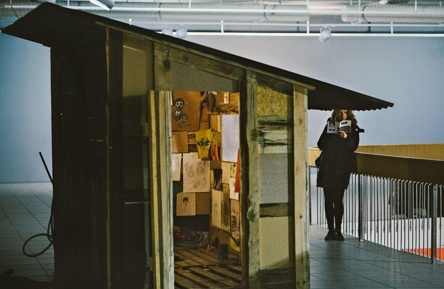 """Praca Bartosza Kokosińskiego, wystawa """"Mleczne zęby"""", Galeria BWA w Katowicach, fot. Artur Berwisz (źródło: materiały prasowe organizatora)"""