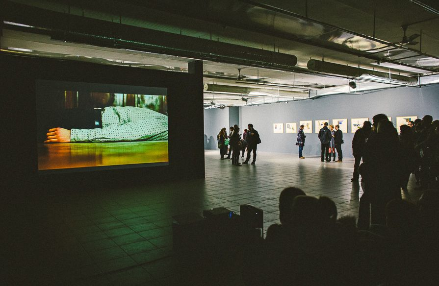 """Wideo Dominika Ritszel, wystawa """"Mleczne zęby"""", Galeria BWA w Katowicach, fot. Artur Berwisz (źródło: materiały prasowe organizatora)"""