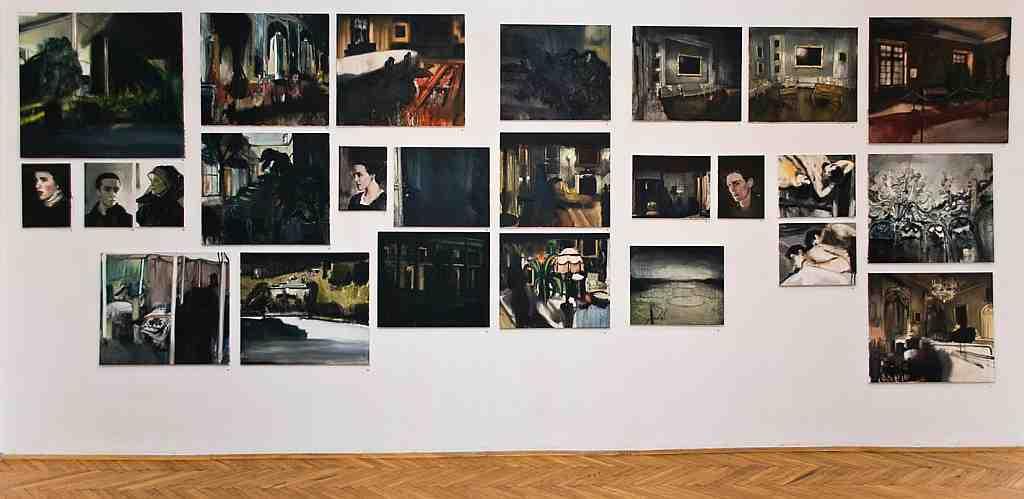 """Foto: Galeria Zderzak, fragm. wystawy """"Skład obrazów"""" Łukasza Stokłosy, ściana główna (źródło: materiały prasowe organizatora)"""