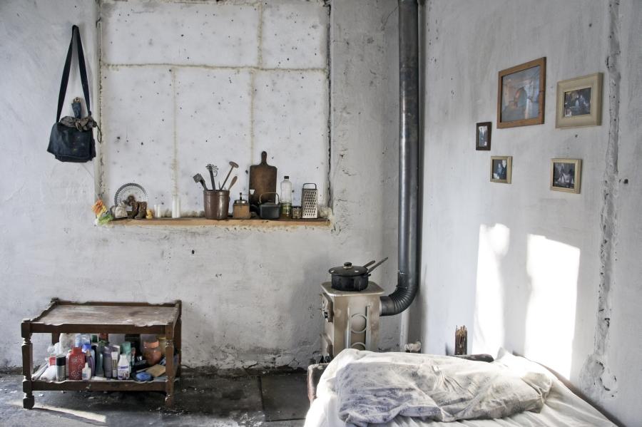 """Łukasz Surowiec, """"Szczęśliwego Nowego Roku"""" – jesień 2011, zdjęcie wnętrza ruiny zaadaptowanej przez bezdomnych, w ramach projektu """"Szczęśliwego Nowego Roku"""", 2012 (źródło: materiały prasowe organizatora)"""