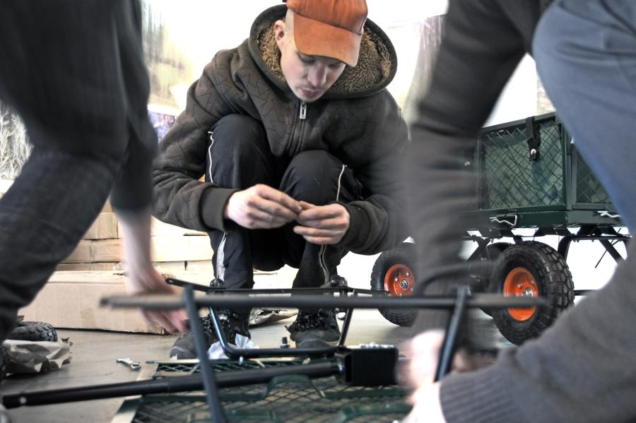 Łukasz Surowiec, zdjęcie z akcji wymiany wózków transportowych, 2012 (źródło: materiały prasowe organizatora)