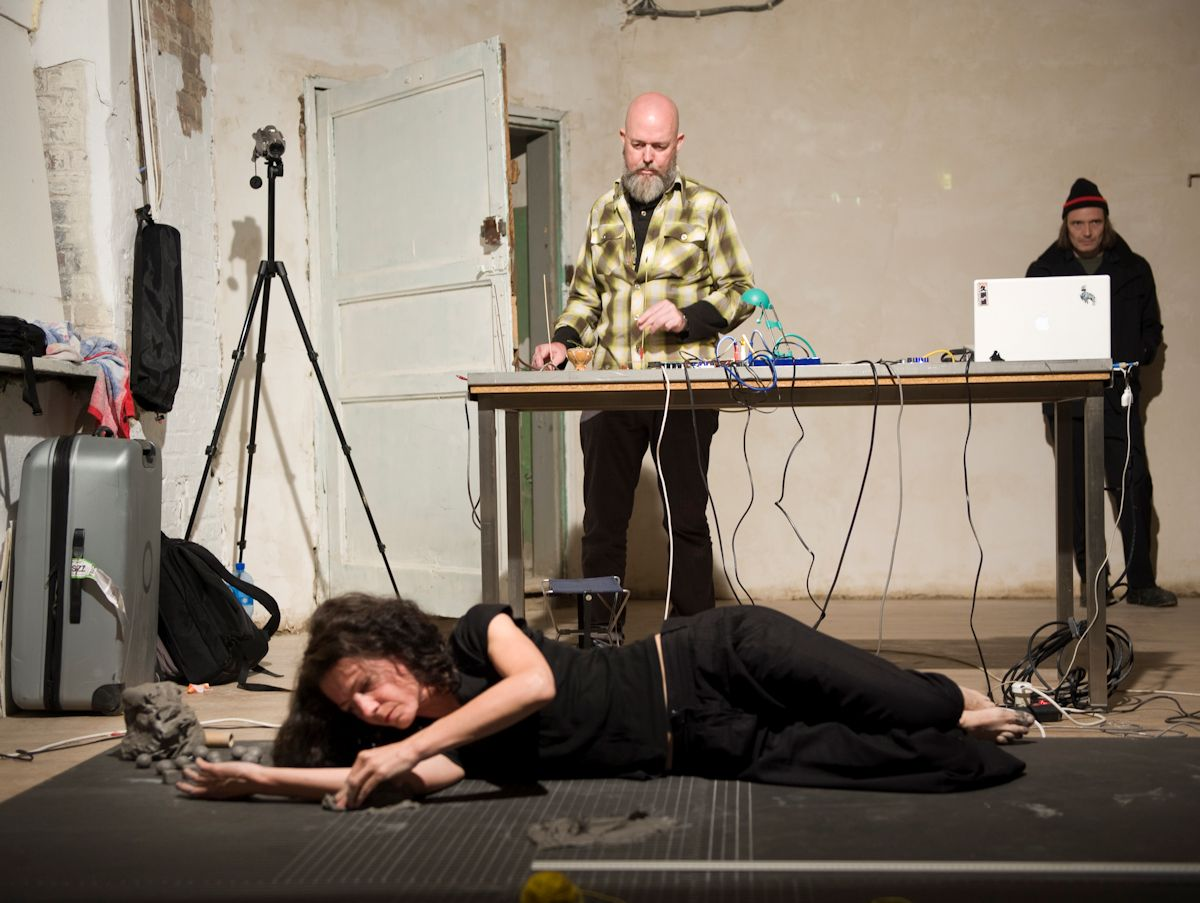 """I. Murphy, M. O'Shea, D. McCarthy, """"How long is a piece of string, Art=Adding"""", Szczecin 2010, fot. T. Madajczak (źródło: materiał prasowy organizatora)"""