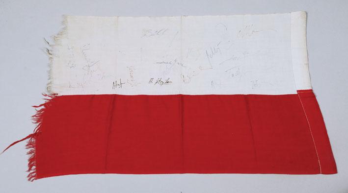 Polska flaga z autografami reprezentacji Polski w piłce nożnej, 1974 - Aukcja Socrealizmu i Pamiątek PRL (źródło: materiały prasowe)