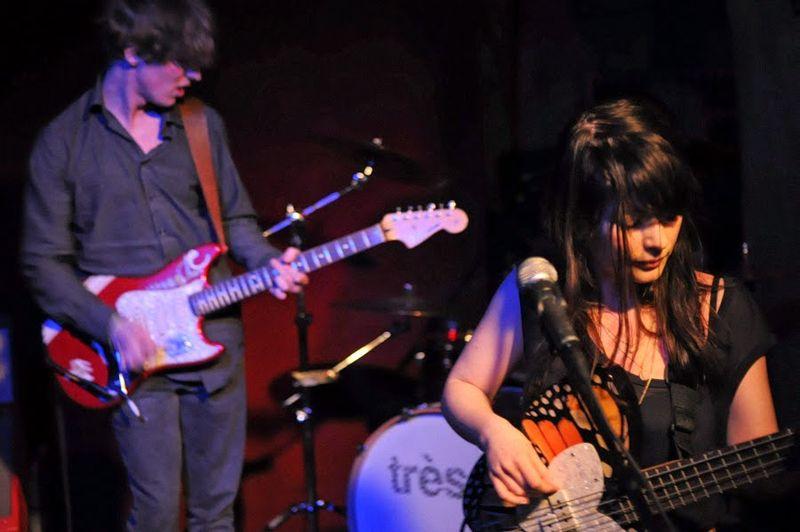 Zespół Très.b podczas koncertu (źródło: Wikipedia Wolna encyklopedia)