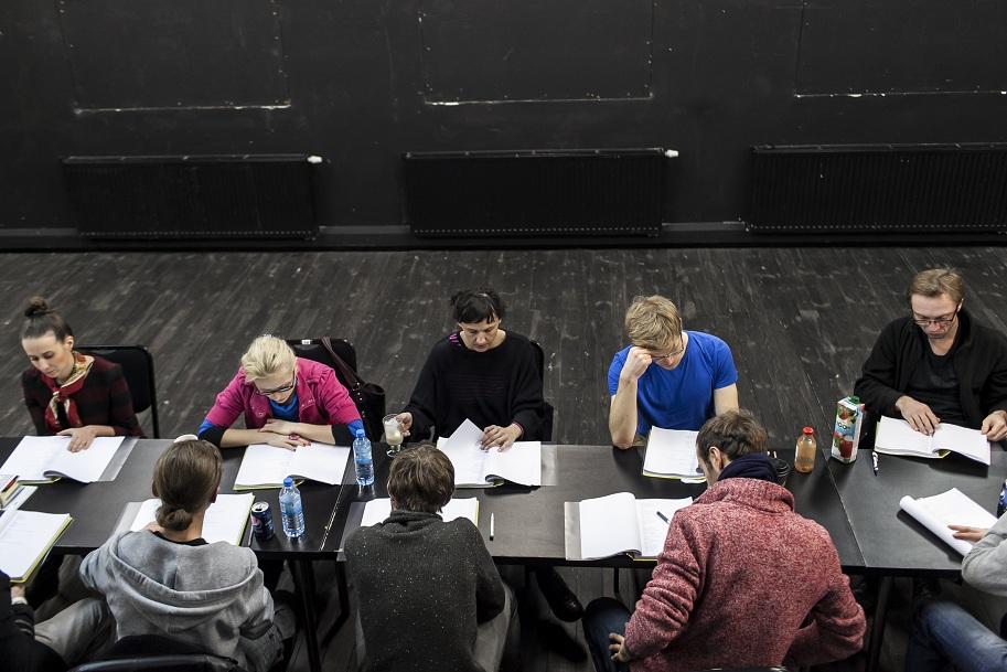 """""""Życie jest snem"""", reż. Kuba Kowalski, zdjęcie z próby spektaklu, fot. Dominik Werner (źródło: materiał prasowy)"""