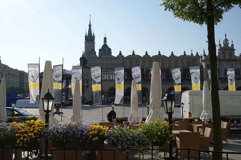 Krakowski Festiwal Filmowy - banery na Rynku w Krakowie (źródło: Wikipedia. Wolna Enycklopedia)