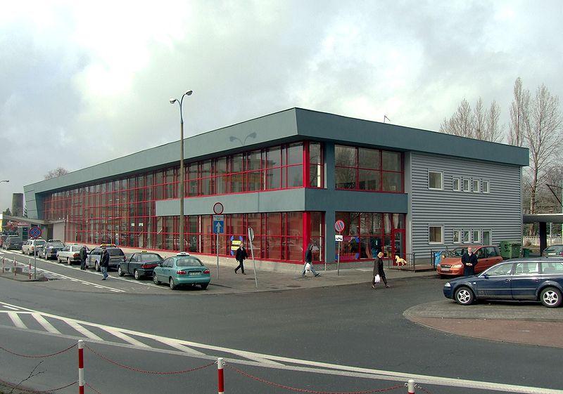 Dworzec kolejowy w Zielonej Górze, fot. Mohylek, 2007 (źródło: Wikimedia Commons)