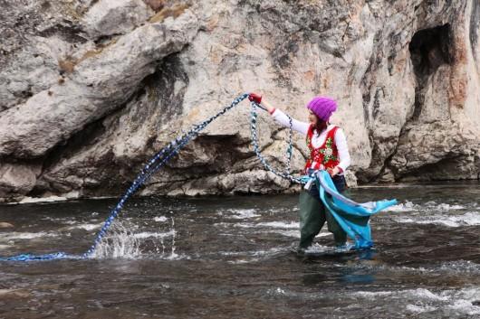 Fot. Piotr Dziurdzia, Cecylia Malik z warkoczem w rzece Białce (źródło: materiały prasowe organizatora)