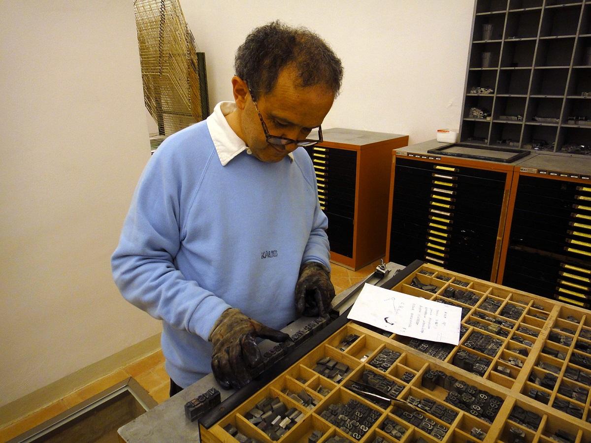 Dyrektor KAUS Giuliano Santini przygotowuje frontospis i okładkę (źródło: materiały prasowe organizatora)