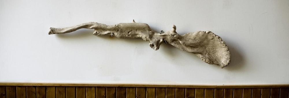 """Olaf Brzeski, """"Strzelba"""" z cyklu """"Czarne charaktery"""", ceramika, 2008 (źródło: materiały prasowe organizatora)"""